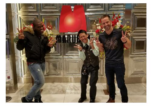 南アフリカの旅行番組「Wingin it」が取材でマルハン新宿東宝ビル店に来店